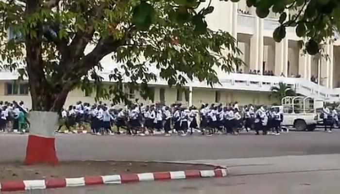 Gratuité : Des élèves envahissent le Parlement et affrontent JM Kabund (Vidéos)